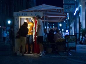 Fotobox nachts bei Bagel Brothers mit Besuchern